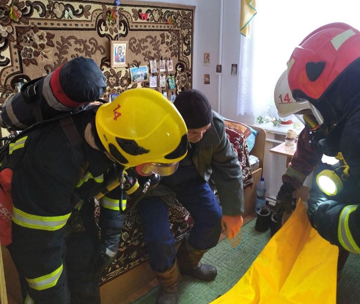 У Золочівському районі надзвичайники провели навчання з порятунку осіб похилого віку в центрі соцобслуговування